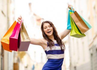 Девушка в полосатом платье с покупками