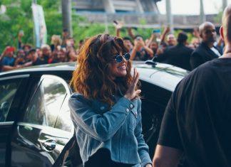 Селена Гомес в очках и голубой ветровке