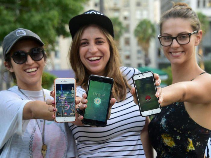 Три девушки с телефонами, с играми покемон