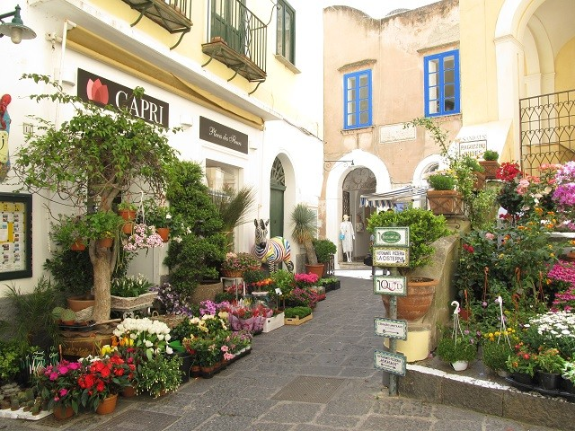 Улица в цветах на острове Капри