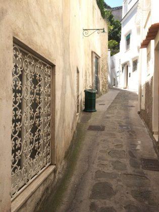 Старинная улица Капри, Италия