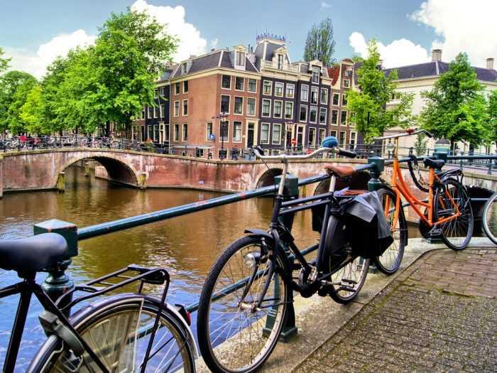 Велосипеды на мостике в Амстердаме