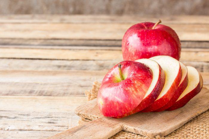 Порезанные яблоки на досточке