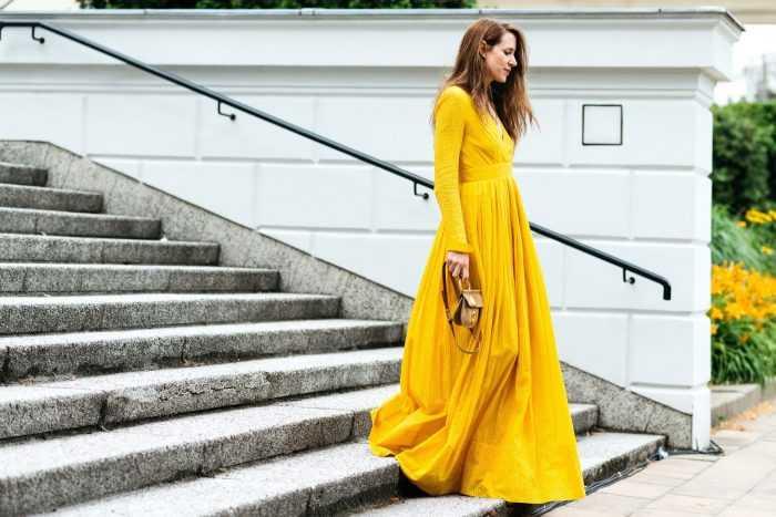 Баба в желтом платье