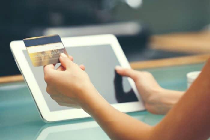 Женские руки перед планшетом с карточкой