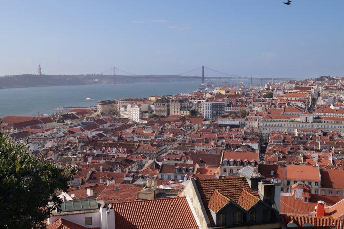 Белые дома с красными крышами в Лиссабоне