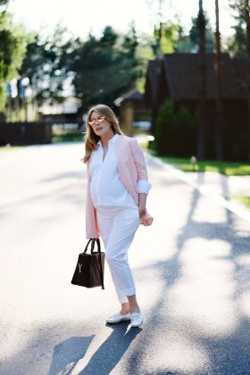 Беременная актриса «Студии Квартал-95» Елена Кравец в белом костюме с розовым пиждаком