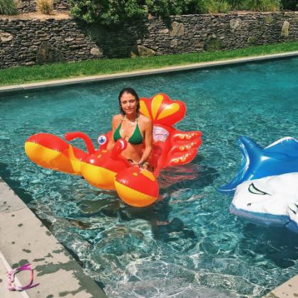Бетанни Франкель в бассейне с надувным крабом