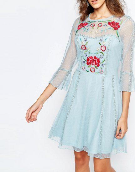 Девушка в голубом платье с вышивкой