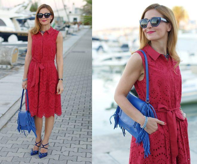 Женщина в красном платье и с синей сумкой
