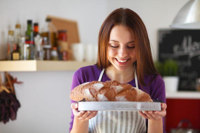 Девушка держит хлеб
