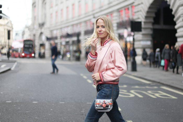 девушка в розовом бомбере