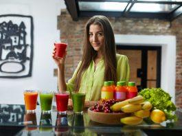 Девушка на кухне с вежовыжатыми соками