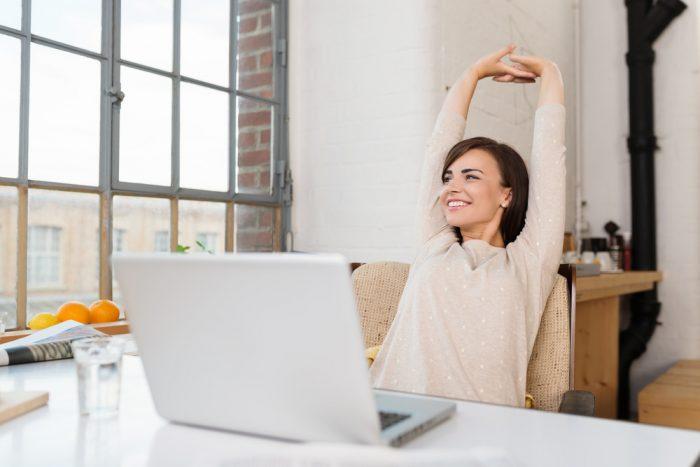 Девушка подтягивается перед компьютером