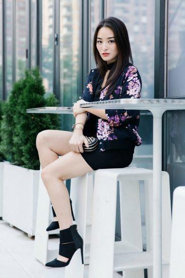 Девушка в черном платье и пиджаке в цветок
