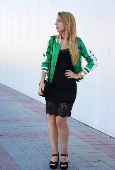 Девушка в черном платье и зеленом бомбере