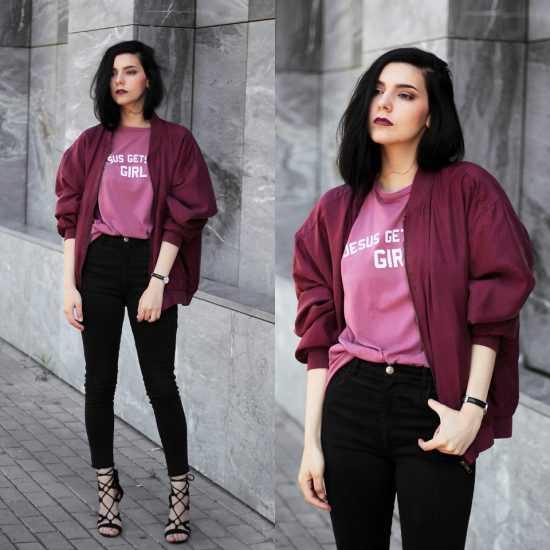 Девушка в черных джинсах и темно розовом бомбере