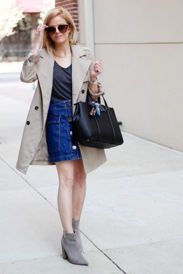 Девушка в джинсовой юбке, пальто и ботильйонах