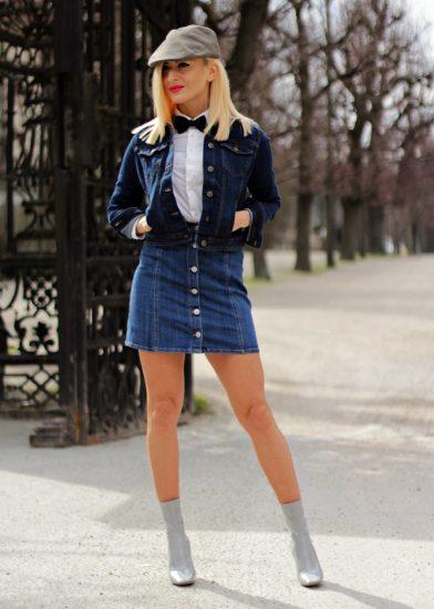 Девушка в джинсовой юбке, ветровке и лаковых ботильйонах