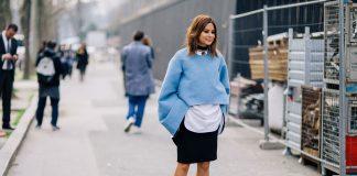 Девушка в голубой накидке с чокером