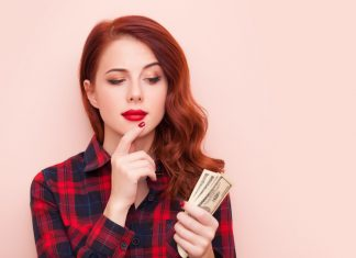 Девушка в клетчатой рубашке с деньгами