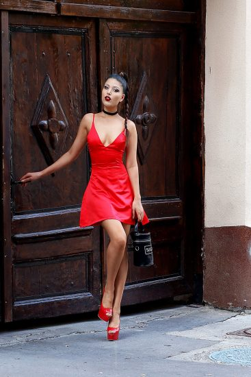 Девушка в коротком красном платье и на шпильках