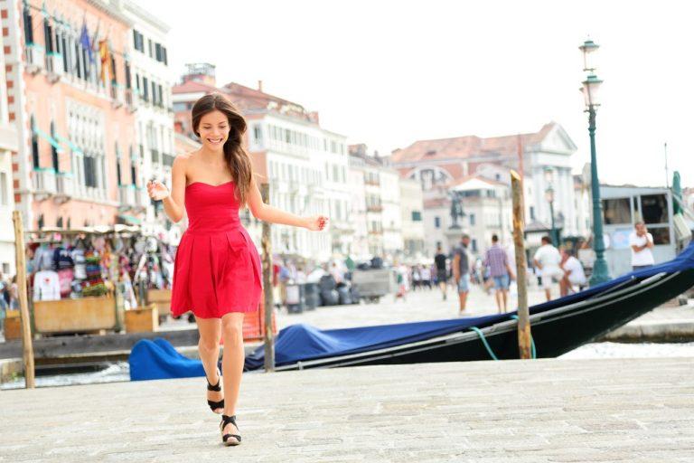 Street style: девушка в красном платье