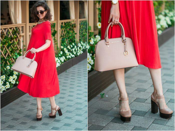 девушка в красном платье с бежевой сумкой