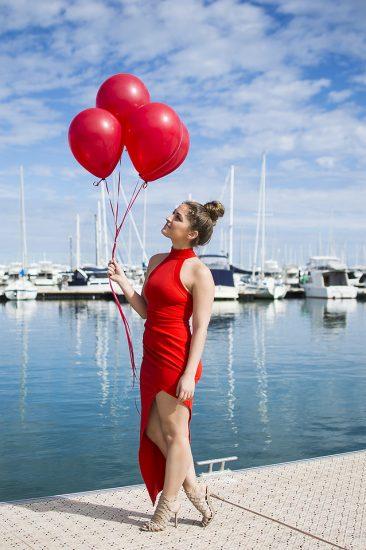 Девушка в красном платье с красными шариками