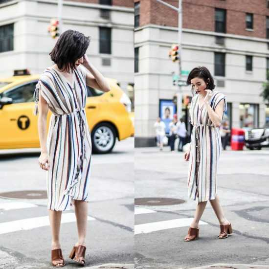 Девушка в платье в полоску на пуговицах