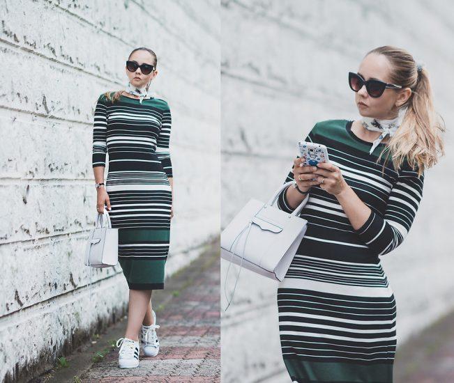 Девушка в платье в полоску с длинным рукавом