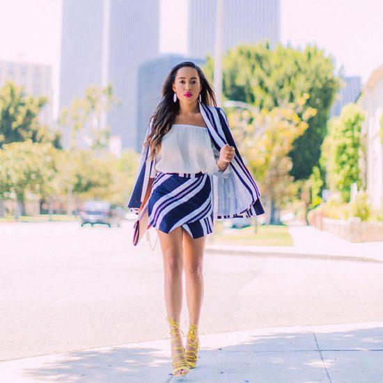 девушка в полосатой юбке и пиджаке