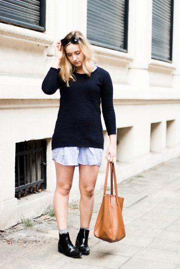Девушка в рубашке, свитере и ботильйонах