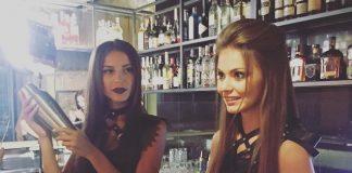 Девушки бармены делают коктейли