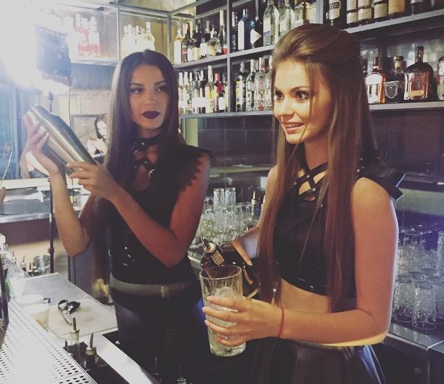Девушки бармены делают коктейли Mozgi Bar