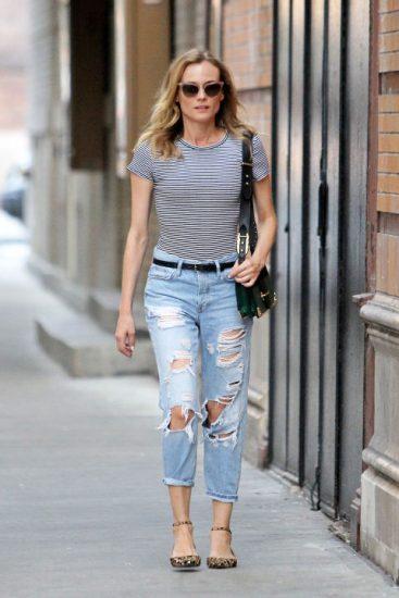Диана Крюгер в джинсах и полосатой футболке