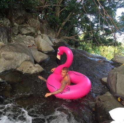 Джастин Бибер с надувным розовым фламинго