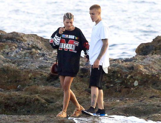 Джастин Бибер в белой футболке у моря с Софией