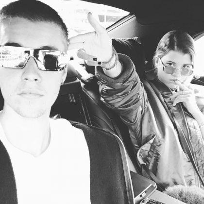 Джастин Бибер с Софией в машине черно-белое фото