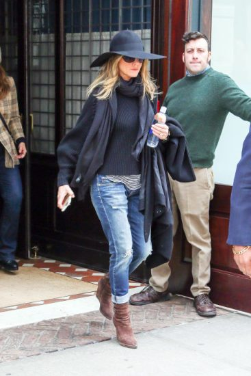 Дженнифер Анистон в джинсахи черной шляпе