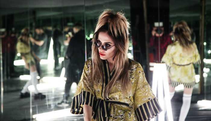Певица Эрика - MamaRika в халатике и в очках