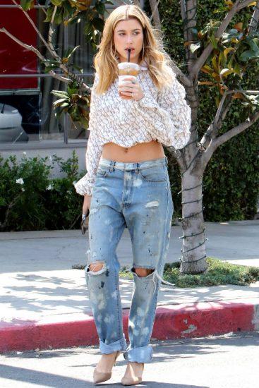 Хейли Род Болдуин в джинсах и белой кофте