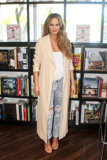 Крисси Тейген в джинсах и бежевом пальто