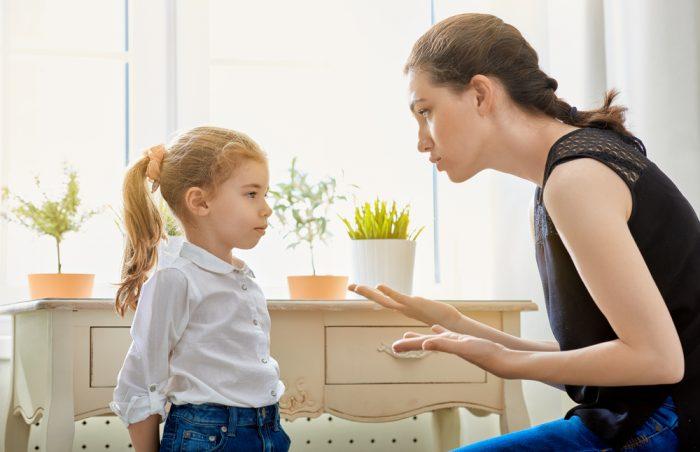 Мама объясняет маленькой дочке