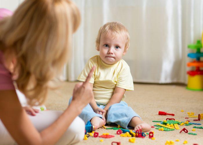 Мама ругает сына игравшего на полу