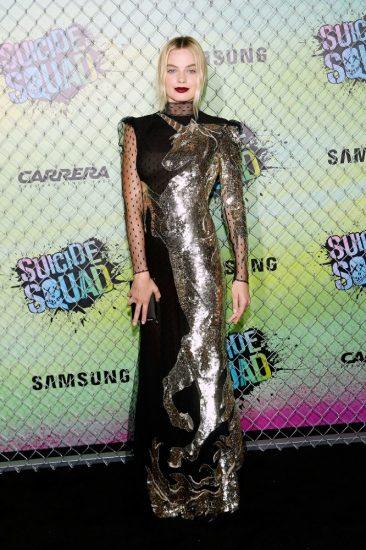 Марго Робби в черном платье с золотым единорогом