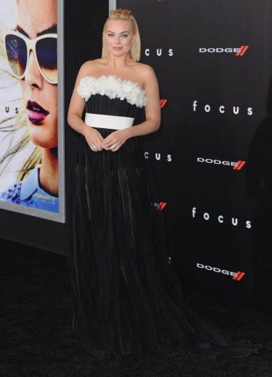 Марго Робби в длинном черном платье с белым поясом