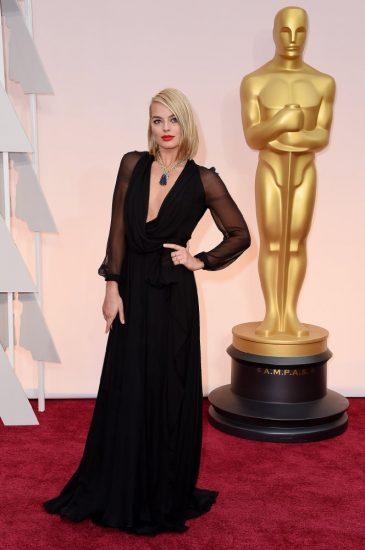 Марго Робби в длинном черном платье с рукавами