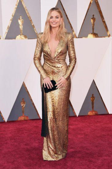Марго Робби в длинном золотом платье