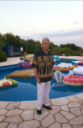 Майкл Дуглас возле бассейна с матрасами
